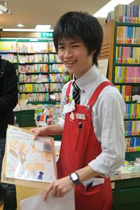 案内してくれるのはあゆみBOOKS早稲田店・コミック担当の太田和成さん。昨年は「このマンガがすごい!」「このマンガを読め!」などのマンガ年間ランキング企画の投票者になっているほか、ツブヤ大学ManGa講座などのイベントにも参加。この日は取材中に出版社から新しいサイン色紙が届き、思わずニンマリしてました。