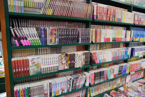 コミック文庫の棚。言われてみると確かに通常の単行本の棚に比べて棚が空いており、まとめ買いする人の多さがわかる。
